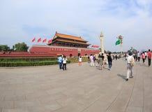 Ourists sur la Place Tiananmen près de Cité interdite Images libres de droits