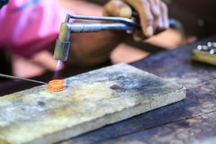 Ourives que fazem o anel Fotos de Stock Royalty Free