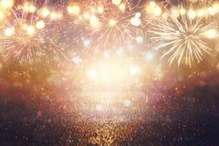 Ouro abstrato, preto e fundo do brilho da prata com fogos-de-artifício Noite de Natal, 4o do conceito do feriado de julho Fotos de Stock Royalty Free