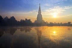 Ouro afiado do pagode com nascer do sol fotografia de stock