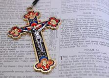 Ouro azul vermelho colorido e crucifixo de prata ao lado do 2ó salmo fotos de stock royalty free