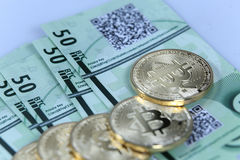 Ouro Bitcoin e cédulas Fotografia de Stock Royalty Free