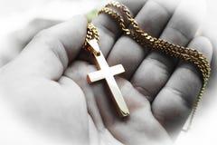 Ouro bonito Jesus Christ Cross In Palm da mão de alta qualidade fotografia de stock
