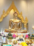 Ouro buddha no templo Fotografia de Stock