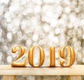 Ouro da rendição 3d do ano novo feliz 2019 lustroso na madeira moderna Ta foto de stock royalty free