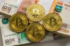 Ouro de Bitcoin e o rublo de russo Moeda de Bitcoin no fundo de rublos de russo Fotos de Stock Royalty Free