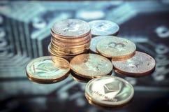 Ouro de Bitcoin, moedas de prata e de cobre e circ impresso defocused Fotos de Stock
