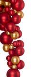 Ouro de suspensão e esferas vermelhas do Natal Fotografia de Stock Royalty Free