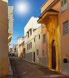 Ouro do leste - rua, e porta dourada na cidade antiga de Sali Foto de Stock