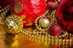 Ouro do Natal e fundo vermelho Fotografia de Stock Royalty Free