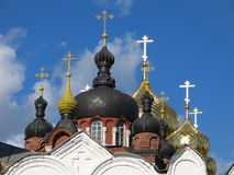 Ouro e abóbadas e cruzes pretas. Fotografia de Stock