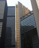 Ouro e arranha-céus de aço de vidro pretos na cidade Fotografia de Stock