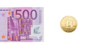 Ouro e bitcoin do Euro 500 em um fundo branco O conceito de Fotografia de Stock Royalty Free