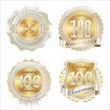 Ouro e celebração dos anos dos crachás brancos do aniversário 100th Foto de Stock Royalty Free