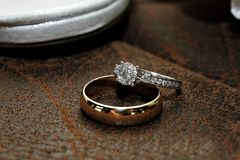 Ouro e Diamond Wedding Ring na superfície de couro imagem de stock royalty free