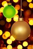 Ouro e luzes verdes do feriado dos ornamento do Natal Fotografia de Stock Royalty Free