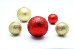 Ouro e ornamento vermelho da bola no fundo branco Imagens de Stock