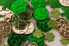 Ouro e trevos do dia de St Patrick Fotografia de Stock