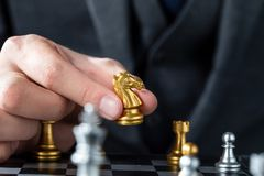 Ouro e xadrez de prata com jogador imagens de stock royalty free