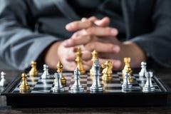 Ouro e xadrez de prata com jogador fotografia de stock royalty free