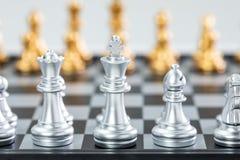 Ouro e xadrez de prata foto de stock