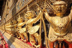 Ouro Eagle Sculptures no palácio grande, Banguecoque Fotos de Stock Royalty Free