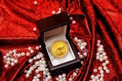 Ouro exclusivo no vermelho Fotos de Stock