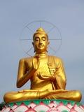 Ouro grande buddha no estilo chinês em Tailândia Imagens de Stock Royalty Free