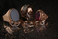 Ouro, joias em um fundo escuro Fotos de Stock