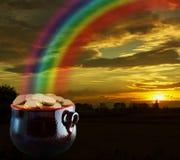 Ouro na extremidade do arco-íris Fotos de Stock Royalty Free