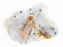 ouro nativo na pedra crua de quartzo no branco imagens de stock