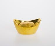 Ouro ou símbolos chineses do meio do lingote do ouro da riqueza e da prosperidade Foto de Stock Royalty Free