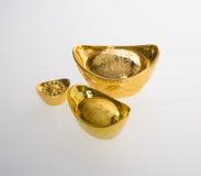 Ouro ou símbolos chineses do meio do lingote do ouro da riqueza e da prosperidade Imagem de Stock Royalty Free