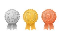 Ouro, prata, crachás de bronze da concessão com grupo do vetor das fitas da cor Metal selos do troféu da medalha para vencedores  Imagens de Stock