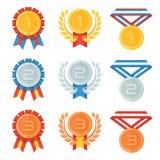 Ouro, prata, medalha de bronze nos ícones lisos ajustados Fotos de Stock Royalty Free