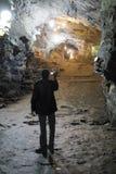 OURO PRETO, BRÉSIL - 27 JUILLET : Touriste filmant les mines de passage Images stock