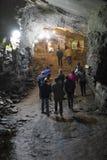 OURO PRETO, BRASIL - 27 DE JULHO: O grupo de turistas explora a passagem Fotos de Stock Royalty Free