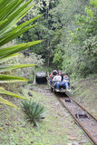 OURO PRETO, BRASILIEN - 14. JULI: TouristenDrahtseilbahn steigen in Th ab Lizenzfreie Stockfotos