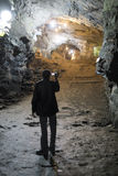 OURO PRETO BRAZYLIA, LIPIEC, - 27: Turysta filmuje przejście kopalnie Obrazy Stock
