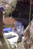 OURO PRETO, EL BRASIL - 27 DE JULIO: El hombre se prepara para zambullirse en el paso Imagen de archivo libre de regalías
