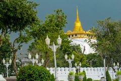 Ouro Stupa do templo budista em Tailândia, Banguecoque Fotografia de Stock Royalty Free