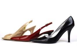 Ouro, vermelho, e sapatas do Elevado-Salto de mulheres pretas Fotos de Stock Royalty Free