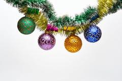 Ouropel com as bolas do Natal ou os ornamento fixados, fundo branco, espaço da cópia O Natal ornaments o conceito Bolas com foto de stock