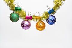 Ouropel com as bolas do Natal ou os ornamento fixados, fundo branco, espaço da cópia O Natal ornaments o conceito Bolas com imagens de stock royalty free