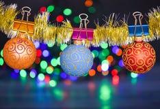 Ouropel com os ornamento fixados do Natal em fundo defocused das luzes da festão O Natal ornaments o conceito Bolas com foto de stock