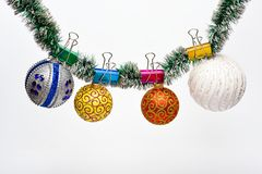 Ouropel com os ornamento fixados do Natal, fundo branco, espaço da cópia O Natal ornaments o conceito Bolas com ornamento foto de stock royalty free