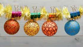 Ouropel com os ornamento fixados do Natal no fundo de madeira O Natal ornaments o conceito As bolas com ornamento penduram sobre fotografia de stock