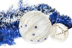 Ouropel e azul azuis do Natal com as bolas brancas do brilho Imagem de Stock