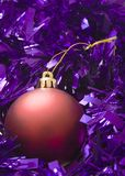 Ouropel vermelho do roxo do Bauble Fotos de Stock Royalty Free