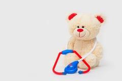 Ours blanc de jouet avec le stéthoscope d'isolement image stock
